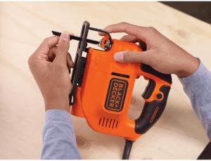 Les scies sauteuses s'adaptent à différents types de matériaux : bois, acier, ou aluminium, entre autre.