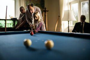Il existe 4 principales variantes de billard : le snooker, le 8 ball pool, le billard français et le billard américain
