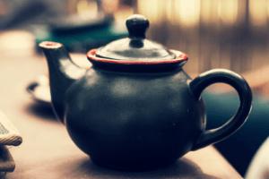 Une théière vous permet de préparer des infusions différentes et de savourer une boisson chaude.