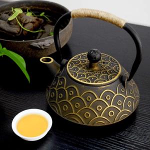 Selon l'avis des utilisateurs, avec son motif en écailles de poissons, cette théière en fonte est un véritable objet de décoration, alliant utilité et esthétique.