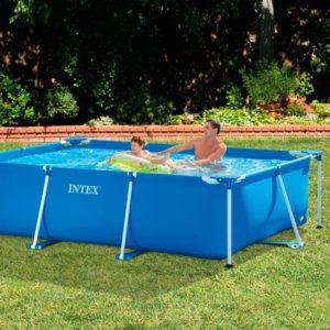 Solide et large, cette piscine hors sol a des heures de fun à offrir