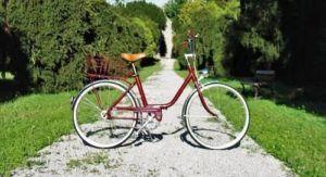 Un vélo exposé dans une allée déserte