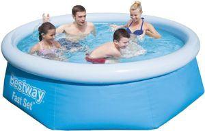 Une piscine hors sol peut tout à fait accueillir plusieurs personnes