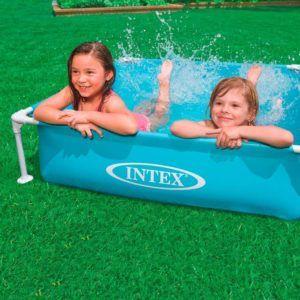 Cette piscine hors sol de petite taille est parfaite pour les enfants en bas âge