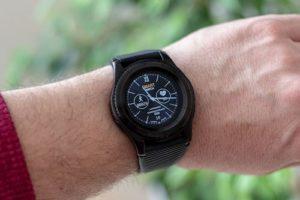 Smartwatch automatique sur la main d'un homme.
