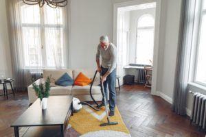 Un aspirateur vapeur peut nettoyer bien plus efficacement certaines surfaces qu'un aspirateur classique.