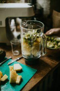 Un blender chauffant ou non permet de réaliser de délicieuses recettes de smoothies.
