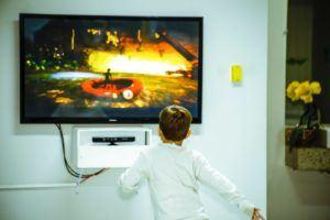 Un enfant devant un écran télé.