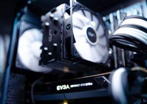 L'intérieur d'un PC dans lequel on peut voir deux ventilateurs réduits.