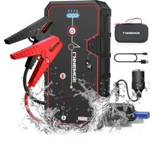 Ce booster batterie est livré avec plusieurs accessoires.