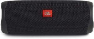 Une petite enceinte JBL qui peut facilement se glisser dans un sac.
