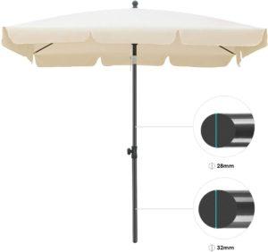 Parasol inclinable conçu avec un cadre en acier.