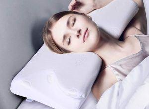 Une femme allongée qui pose sa tête sur un oreiller confortable.