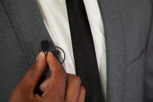 Un micro posé cravate sur la veste d'une personne.