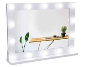 Le miroir est aussi bien utilisé par les hommes, que par les femmes. Reflétant votre reflet, il est un accessoire de notre quotidien.
