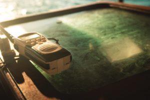 Un talkie-walkie posé sur une table