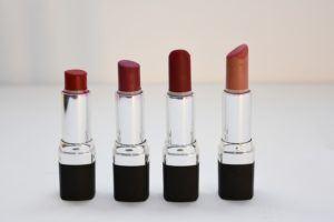 Il existe plusieurs types de rouges à lèvres dont le format et la finition sont diffèrent. Faites le test et choisissez celui qui vous convient le mieux, en terme de texture et de tenue.