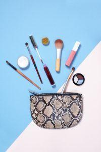 Une trousse de maquillage avec des produits de beauté au-dessus