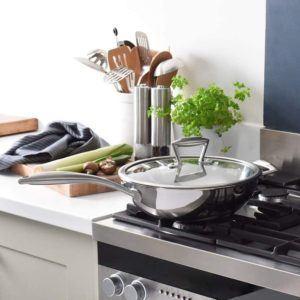 Ustensile de cuisson en aluminium doté d'un couvercle