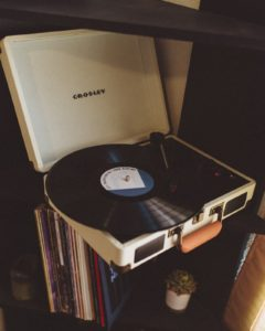 Un tourne disque avec un disque posé dessus.