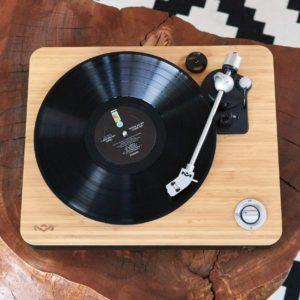 tourne-disque équipé de haut-parleurs qui fournit un son de qualité.