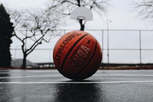 Amusez-vous dehors ou à l'intérieur en jouant au ballon de basket!