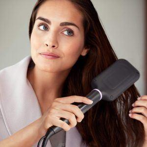 Appareil de lissage de cheveux en douceur et en un seul passage.
