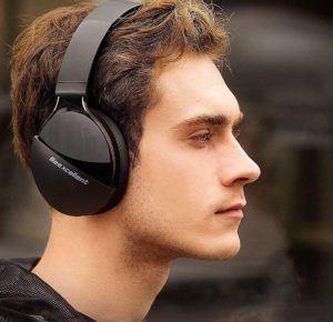 Casque audio Bluetooth avec microphone intégré.