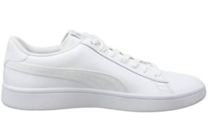Chaussure pour homme confortable de couleur blanche.