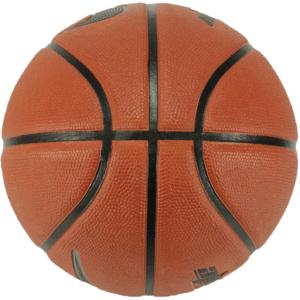 Le basket-ball Nike Dominate a été développé spécialement pour les courts extérieurs et offre par son profil rainuré une adhérence parfaite et un contrôle de balle élevé.