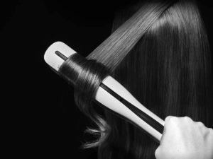 Lisseur professionnel capable également de boucler les cheveux.