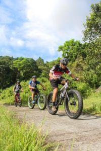 Trois cyclistes qui pédalent sur leurs vélos.