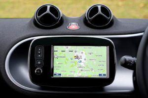 Un équipement GPS dans une voiture.
