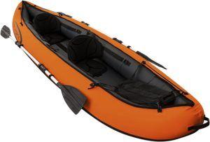 Un kayak qui offre deux places confortables avec plusieurs accessoires.
