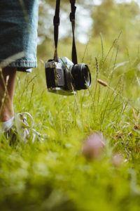 Une caméra pendant dans l'herbe