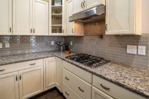 Une cuisine avec plaque encastrable et hotte d'aspiration
