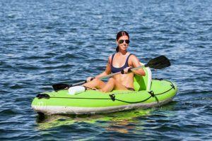 Une femme qui pagaye sur un kayak.