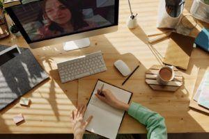 Une femme travaillant devant son pc, clavier et souris.
