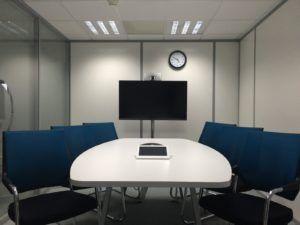 Une télévision dans une salle de réunion.