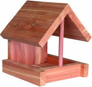 Cette mangeoire pour oiseaux est en bois