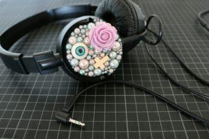Un casque audio filaire bien décoré
