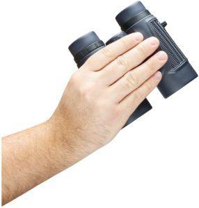 Une paire de jumelles compacte qui tient bien dans la main et permet de voir au loin
