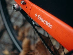 Gros plan sur la roue arrière d'un vélo