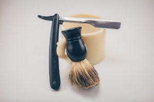 Les rasoirs sont utilisés depuis l'âge du bronze et étaient à l'origine en bronze ou en obsidienne.