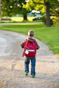 Un enfant portant un sac à dos.