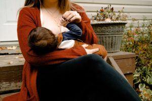 Une mère qui allaite son enfant