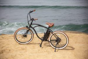 Même si les vélos électriques sont équipés d'une batterie et d'un moteur, l'assistance motorisée est limitée à 25 km/h. Cela signifie que le vélo électrique est toujours considéré comme un vélo ordinaire et ne nécessite pas de permis de conduire.