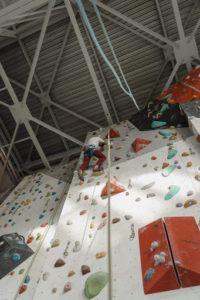 Un jeune garçon qui affronte un mur en escalade