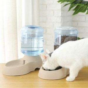 Cet accessoire distribue efficacement de la nourriture pour les animaux de compagnie