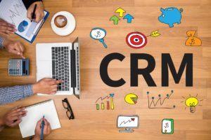 Quels services supplémentaires sont nécessaires pour payer un supplément de logiciel CRM dans un comparatif ?